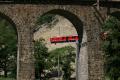 Gem 4/4 802 passiert die neue Streckenführung oberhalb des Kreisviadukts von Brusio.