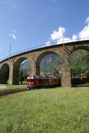 Zwei TW III unterfahren den Kreisviadukt von Brusio