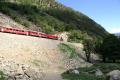 Gem 4/4 801 und ABe 4/4 44 passieren den Kegel des Felsstzurzes bei Brusio vom Dez. 08, der eine Streckenverlegung nötig machte. Rechts unten das Gleise unterhalb des Kreisviadukts