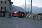 ABe 4/4 48 sucht den Weg durch Miralago am Südende des Lago di Poschiavo.
