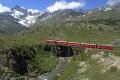 Regionalzug mit einem TW III auf der unteren Berninabachbrücke oberhalb Bernina Lagalb