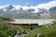 ABe 4/4 44 und Gem 4/4 801 in der Val Bügliet-Bucht des Lago Bianco kurz nach Ospizio Berninia. Darüber der Piz Cambrena.