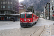 Ge 4/4 629 mit einem Zug von Arosa erreicht den Bahnhofplatz von Chur.