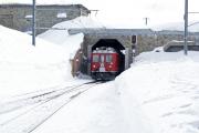Zug 1644 mit ABe 4/4 45 durchfährt die Remise von Ospizio Bernina.