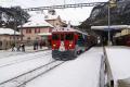 Pontresina. Regionalzug mit ABe 4/4 52 fährt weiter nach St. Moritz.