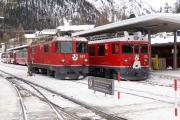 Pontresina. ABe 4/4 53 übergibt den Bernina-Express 952 an Ge 4/4 621.