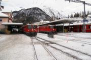 Pontresina. Ge 4/4 618 mit Zug 1956 nach Scuol (Gleis 1). Ge 4/4 621 mit Bernina-Express 952 (Gleis 3).
