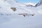 Regionalzug 1625 fährt in der Schlaufe der Alp Bondo hinauf zum Pass.