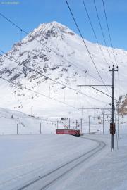 Regionalzug 1625 oberhalb der Alp Bondo. Piz Albris.