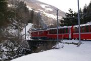 ernina-Express 955 überquert unterhalb Miralago den Poschiavino.
