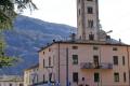 """Be 4/4 53 passiert das Nadelöhr vor der Kirche """"Madonna di Tirano""""."""