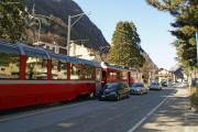 Bernina-Express 952 in der Via Elvezia von Tirano.