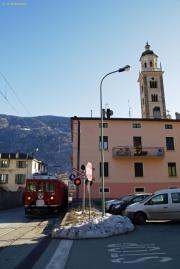 """ABe 4/4 47 passiert das Nadelöhr vor der Kirche """"Madonna di Tirano""""."""