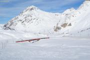 Bernina-Express überquert die Obere Berninabach-Brücke ob der Alp Bondo.