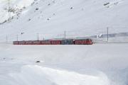 Bernina-Express, gezogen von ABe 4/4 49 und 52, unterhalb der Galleria Arlas.
