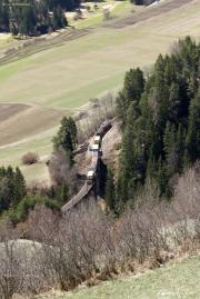 Ge 6/6 II mit Güterzug auf dem Schmittener-Tobel-Viadukt vor Alvaneu.