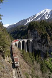 Ge 4/4 III 652 zieht einen Regioexpress über den Landwasserviadukt.