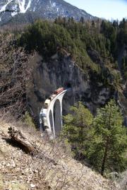 Ge 6/6 II mit Güterzug überquert den Landwasserviadukt.