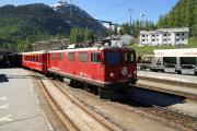 Ge 4/4 I 601 vor einem Regionalzug verlässt Pontresina.
