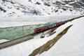 ABe 4/4 III 56 und 54 (verschandelt) ziehen einen Bernina-Express dem Lago Bionco entlang.