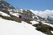 ABe 8/12 3502 mit einem Bernina Express vor Ospizio Bernina.