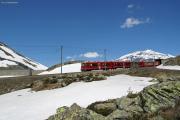 ABe 8/12 3504 hat gerade die Galleria Scala verlassen. Links die Staumauer des Lago Bianco
