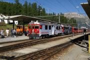 Die RhB-Werbetriebwagen ABe 4/4 51 und 52 in Pontresina vor einem Bernina Express