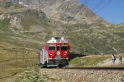 Die RhB-Werbetriebwagen ABe 4/4 51 und 52 vor einem Bernina Express beim Lej Pitschen oberhalb der Arlas-Gallerie