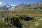 Zug mit zwei TW II auf der Unteren Berninabachbrücke oberhalb Bernina Lagalb. Zwischen Piz d'Arlas und Trovat der Piz Palü.
