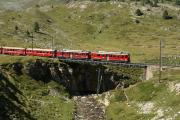 Zug mit ABe 4/4 41 und 42 auf der Unteren Berninabachbrücke oberhalb Bernina Lagalb.