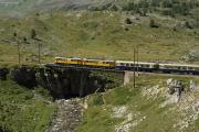 ABe 4/4 34 und 30 mit zwei Pullmanwagen auf der Unteren Berninabachbrücke oberhalb Bernina Lagalb