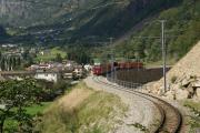 """""""Allegra"""" ABe 8/12 3502 auf dem nach dem Erdrutsch von 2008 auf einen Damm verlegten Streckenabschnitt oberhalb des Kreisviadukts von Brusio."""