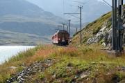 ABe 4/4 44 und 48 erreicht die Bucht des Val Bügliet am Lago Bianco.