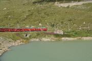 ABe 4/4 44 und 48 in der Bucht des Val Bügliet am Lago Bianco.
