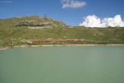 ABe 4/4 44 und 48 mit Zug 1645 in der Bucht des Val Bügliet am Lago Bianco.