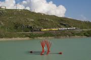 """ABe 4/4 30 und 34 mit zwei Pullmanwagen bei Ospizio Bernina am Lago Bianco. Im Lago Bianco schwimmt die Installation """"Ark Sound"""" von Daniele Ligari."""