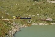 ABe 4/4 30 und 34 mit zwei Pullmanwagen in der Bucht des Val dal Bügliet am Lago Bianco