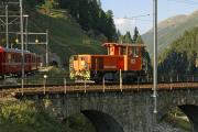 Tm 2/2 112 auf der Inn-Brücke bei St. Moritz. Links das Portal des Argentieri-Tunnels der Albulalinie