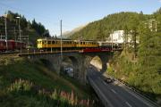 ABe 4/4 30 und 34 mit zwei Pullmanwagen auf der Inn-Brücke bei St. Moritz
