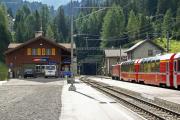 Ge 4/4 I 607 mit Bernina Express 951 vor dem Portal des Albulatunnels in Preda.