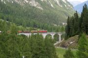 Ge 6/6 II 704 mit einem langen Güterzug auf dem Albulaviadukt III