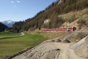Bernina-Express mit ABe 8/12 3508 verlässt Bergün/Bravuogn. Bau des neuen Anschlussgleises zum künftigen Bahnmuseum