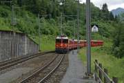 Ge 4/4 II 622 erreicht die Station Valendas - Sagogn in der Rheinschlucht