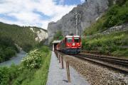 Ge 4/4 II 619 erreicht die Station Valendas - Sagogn in der Rheinschlucht