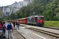 Ge 4/4 II 619 erreicht die Station Versam - Safien in der Rheinschlucht