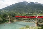Zug in die Surselva mit Ge 4/4 II 626 an der Spitze auf der Rheinbrücke bei Reichenau