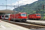 Ge 4/4 III 644 gibt in Disentis/Mustér seinen Glacier Express nach Zermatt weiter an die HGe 4/4 II 104 der MGB.