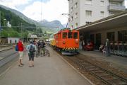 De 2/2 151 bringt in Poschiavo einen offenen Panoramawagen in Position ...