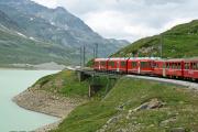 Zug mit einem Allegra an der Spitze kurz vor Ospizio Bernina
