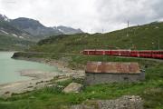 Zug mit einem Allegra an der Spitze in der Bucht des Val dal Bügliet am Lago Bianco